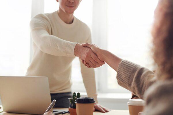 Mann und Frau geben sich die Hand