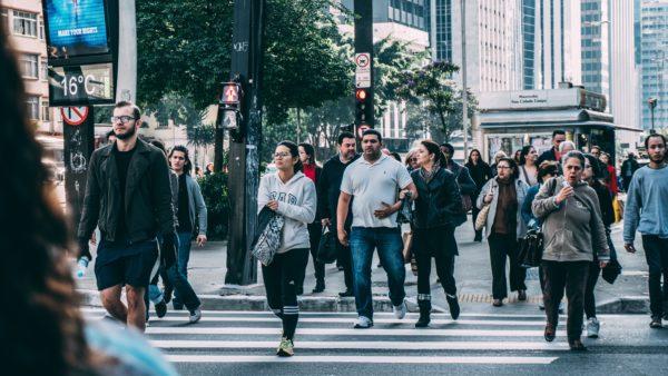 Menschen die eine Straße überqueren