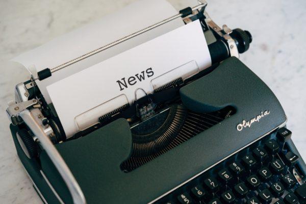 Schreibmaschine mit Neuigkeiten Papier