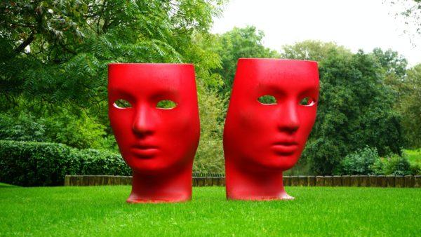 Das Bild zeigt zwei Masken
