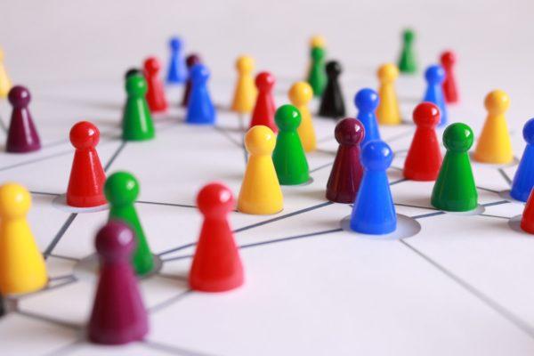 Spielfiguren auf Spielfeld bilden Netzwerk